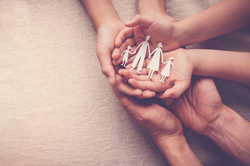 Seguro de Vida Familiar - Apólice 860.776: entenda como proteger quem você ama Quem é que não se preocupa com o bem-estar e segurança dos familiares, não é mesmo? Bom, saúde, moradia e segurança são condições essenciais para garantir uma vida saudável e tranquila para quem amamos. E, pensando nisso, a contratação de um Seguro de Vida pode ser uma excelente maneira de garantir o futuro dos seus familiares. É claro que nenhuma família quer passar por fatalidades, imprevistos, acidentes ou outras situações difíceis, porém, tudo isso pode acontecer, e ter uma apólice de Seguro de Vida vigente pode proporcionar equilíbrio e tranquilidade nesses casos. Leia o texto abaixo e saiba tudo sobre proteção familiar! O que consiste um Seguro de Vida Apólice 860.776? Como o seu próprio nome já diz, um Seguro de Vida é aquele que oferece uma cobertura completa para uma família, garantindo tranquilidade e segurança em casos de imprevistos. Existem algumas apólices específicas que contam com condições exclusivas, garantindo tranquilidade ao titular do seguro, aos familiares e de forma adicional, incluir o seu cônjuge com a cobertura de 50% do capital . As coberturas de um Seguro Família variam de acordo com o contrato e as necessidades do contratante, mas, no geral, incluem: 1- Cobertura em casos de morte acidental ou natural; 2- Cobertura em casos de invalidez permanente total ou parcial, causada por acidente, ou invalidez funcional, desenvolvida por alguma doença; 3- Cobertura estendida para o cônjuge; 4- Diária por incapacidade temporária (para as pessoas que dependem da renda). Portanto, quem pode ser beneficiado pelo Seguro de Vida Família? O contratante possui o livre arbítrio de escolher quem será beneficiado pelo Seguro de Vida Família. Pode ser tanto o cônjuge quanto os filhos ou outros familiares. Como a indenização desse tipo de seguro não é considerada uma herança, sempre prevalecerá os nomes descritos pelo contratante ao adquirir uma apólice de Seguro de Vida Família. Qu