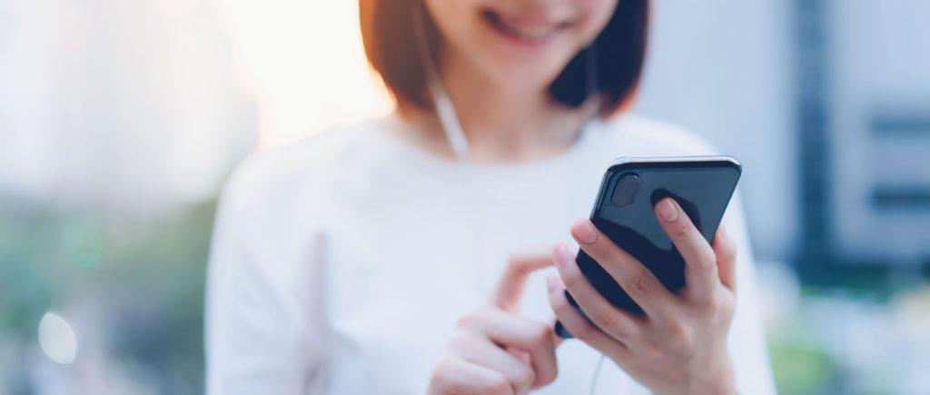 Uma pesquisa realizada pelo site Mobile Time em parceria com a Opinion Box em 2020 mostrou que mais de 100 milhões de celulares já foram roubados ou furtados no Brasil. Mesmo com esse número alarmante, muitas pessoas ainda têm dúvida se vale a pena ou não investir em um seguro de celular. Continue lendo e entenda o assunto! Como funciona o seguro de celular? Assim como um seguro de carro ou um seguro viagem, contar com a proteção de um seguro de celular também é muito importante. Sabemos que, por mais que a gente não goste de pensar nesse assunto, imprevistos podem sim acontecer. Se você tem dúvidas sobre como fazer seguro de celular, vamos te explicar. O seguro de celular é um acordo feito entre o segurado e a seguradora, por intermédio de uma corretora de seguros de confiança. Será cobrado um valor mensal, sendo esse pagamento podendo ser realizado à vista ou parcelado. Em caso de sinistro, será cobrado do segurado um valor referente a franquia, prevista em apólice. A indenização poderá ser recebida tanto em dinheiro ou como um novo aparelho, dependendo da seguradora. É importante destacar que, para realizar um seguro de celular, geralmente pede-se que o aparelho tenha até 12 meses (um ano) de uso e, claro, deve possuir nota fiscal.* Seguro de celular: conheça as coberturas Muitas pessoas enxergam esse seguro como um seguro contra roubo de celular. Porém, essa não é a única cobertura. Conheça outras coberturas que o seguro de celular também pode cobrir: Danos elétricos (curtos-circuitos, por exemplo);* Danos físicos, como quedas;* Danos por líquidos (queda acidental na piscina, por exemplo);* Furtos ou roubos.* Vale lembrar que, em casos de roubo ou furto qualificado, é necessário registrar o Boletim de Ocorrência (BO) antes de acionar a seguradora. *Consulte seu corretor para condições de contratação. Seguro de celular cobre tela quebrada? Contanto que esteja previsto em apólice, algumas seguradoras podem sim auxiliar o segurado em caso de tela quebrada. Essa cob