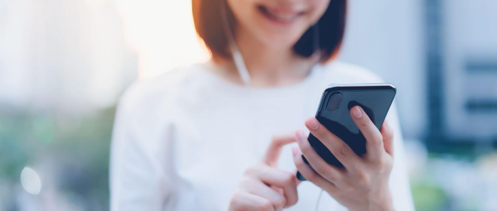 Uma pesquisa realizada pelo site Mobile Time em parceria com a Opinion Box em 2020 mostrou que mais de 100 milhões de celulares já foram roubados ou furtados no Brasil.   Mesmo com esse número alarmante, muitas pessoas ainda têm dúvida se vale a pena ou não investir em um seguro de celular.  Continue lendo e entenda o assunto! Como funciona o seguro de celular?  Assim como um seguro de carro ou um seguro viagem, contar com a proteção de um seguro de celular também é muito importante.   Sabemos que, por mais que a gente não goste de pensar nesse assunto, imprevistos podem sim acontecer.   Se você tem dúvidas sobre como fazer seguro de celular, vamos te explicar. O seguro de celular é um acordo feito entre o segurado e a seguradora, por intermédio de uma corretora de seguros de confiança.   Será cobrado um valor mensal, sendo esse pagamento podendo ser realizado à vista ou parcelado.  Em caso de sinistro, será cobrado do segurado um valor referente a franquia, prevista em apólice. A indenização poderá ser recebida tanto em dinheiro ou como um novo aparelho, dependendo da seguradora.  É importante destacar que, para realizar um seguro de celular, geralmente pede-se que o aparelho tenha até 12 meses (um ano) de uso e, claro, deve possuir nota fiscal.* Seguro de celular: conheça as coberturas Muitas pessoas enxergam esse seguro como um seguro contra roubo de celular.  Porém, essa não é a única cobertura. Conheça outras coberturas que o seguro de celular também pode cobrir:  Danos elétricos (curtos-circuitos, por exemplo);* Danos físicos, como quedas;* Danos por líquidos (queda acidental na piscina, por exemplo);* Furtos ou roubos.*  Vale lembrar que, em casos de roubo ou furto qualificado, é necessário registrar o Boletim de Ocorrência (BO) antes de acionar a seguradora.  *Consulte seu corretor para condições de contratação. Seguro de celular cobre tela quebrada? Contanto que esteja previsto em apólice, algumas seguradoras podem sim auxiliar o segurado em caso de tela qu